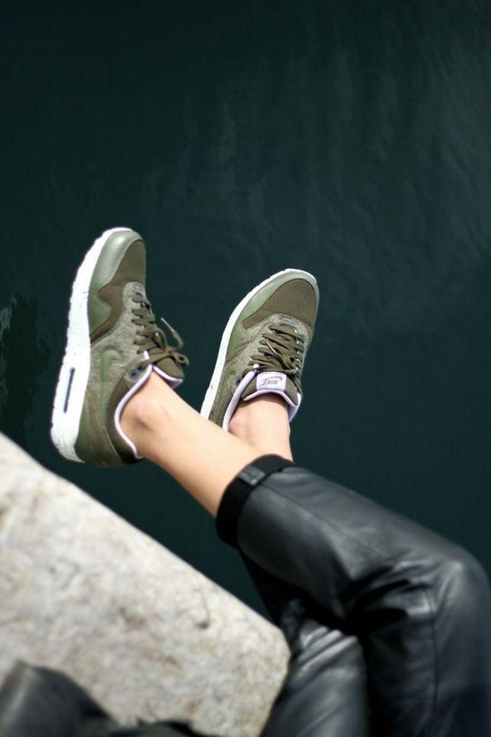 Legergroene Nike Air Max goed gecombineerd met leren broek.