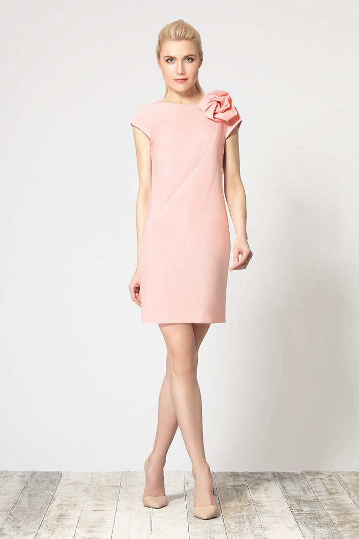 Комфортное платье на подкладке, выполненное из высококачественной  ткани. Изделие с оригинальным фигурным подрезом по переду, в области горловины, дополненное авторским цветком ручной работы от Devita.