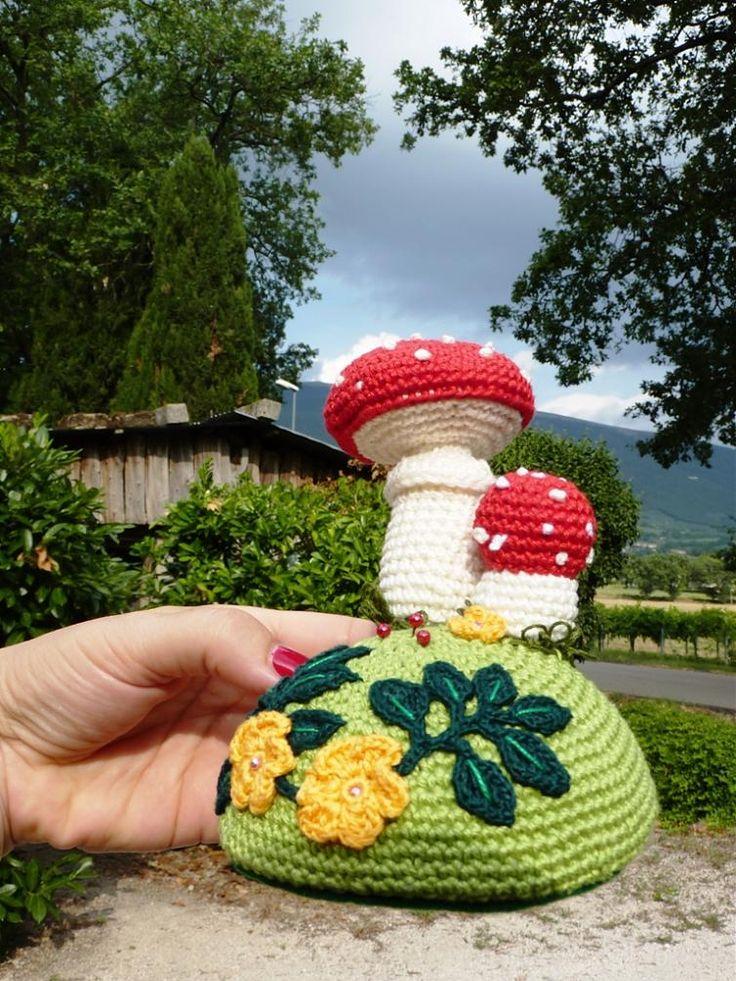 Trovato qui http://knit1knitall.blogspot.it/2015/10/pin-cushion-crochet-photo-tutorial.html