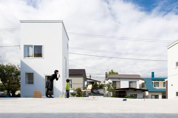 지붕이 놀이터가 되는 집, 정원의 풀과 눈을 마주치는 집