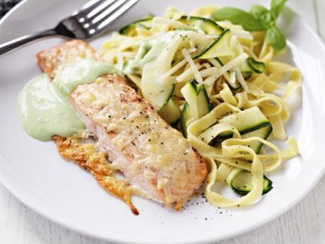 Recept på parmesanlax med basilikasås, tagliatelle och squashband. Fryst lax i bitar är praktiskt när man är många.