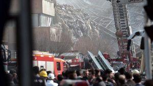 Gedung Komersil di Iran Ambruk akibat Terbakar 30 Pemadam Kebakaran Tewas  AntiLiberalNews  Sebuah bangunan komersial besar di ibukota Republik Syiah Iran Teheran ambruk pada Kamis (19/1) setelah dilahap api. Insiden ini menewaskan sedikitnya 30 petugas pemadam kebakaran menurut laporan media Iran sebagaimana dilansir Anadolu Agency.  Kantor berita Iran Tasnim melaporkan bahwa api berkobar di Plasco Tower salah satu gedung komersial paling terkenal di pusat Teheran yang memiliki 15 lantai…