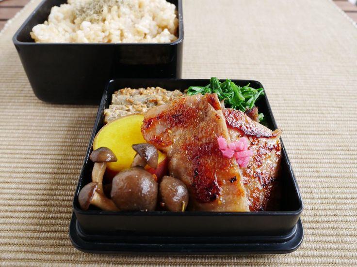 玄米230g、とろろ昆布、水菜お浸し、豚肉生姜焼き、しめじ伊風炒め、薩摩芋蜜煮、叩き牛蒡(酸味あり)
