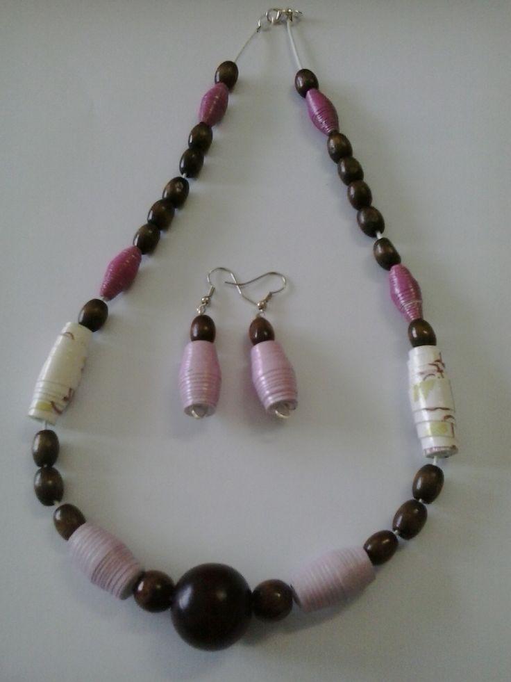 collana realizzata con perle di carta e di legno