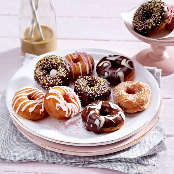 Nicht nur Homer Simpson liebt die süßen Gebäck-Kringel. Deshalb servieren wir: Donuts mit köstlichen Verzierungen. Das Schritt-für-Schritt-Rezept zum Nachbacken gibt's hier!