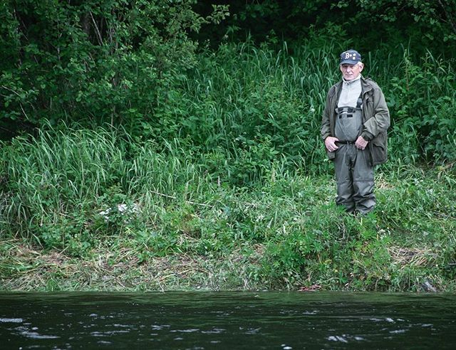 Bestefar og læremester følge med om barnebarna får nå laks på kroken🎣 . . . #norway#utno#norges_fotografer#DreamChasersNorway#mittnorge#norge#explore#ute#visitnorway#norgesbeste#outdoor#norgefoto#bns_nature#norgenorway#bns_norway#trøndelag#fjellet#mittfriluftsliv#liveterbestute#njff#laksefiske#fiske#fisketur#fishing#fishnet#fish#skittfiskeno#villmarksfisken#namsen