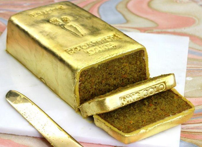 Морковный пирог в виде золотого слитка.