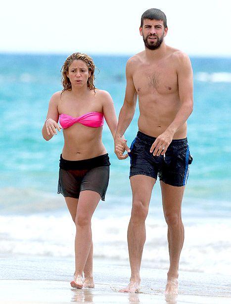 Shakira and Gerard Pique on the beach in Hawaii una mujer colombiana bella y su hombre guapísimo Pique de España. los kiero!