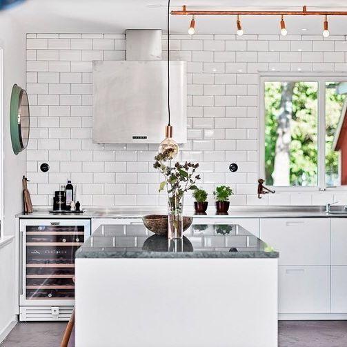 Vita köksluckor med grepp 3. #pickyliving #g3 #ncs #white #vit #design #arkitektur #inredningstips #trender #detaljer #inredning #kök #köksluckor #köksinredning #köksö #corian #kitchen #kitchenlife #kitcheninspo #köksinspiration #köksdetaljer