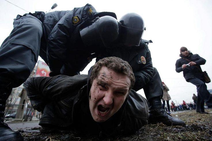 Sisäministeriön erikoisjoukot pidättivät oppositioaktivistin Pietarissa helmikuussa 2014.