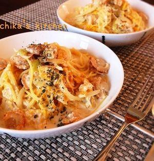 白菜とホタテの和風ミルクスープパスタ♡豆腐クリームでヘルシー♪ と 器と調味料。
