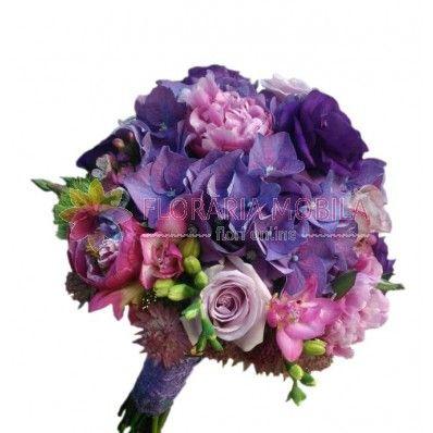 Buchetul este alcatuit din hortensie mov, frezii, bujori roz, lisianthus, trandafiri, verdeata si accesorii.