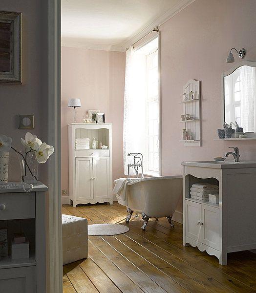 Ambiance rétro avec cette baignoire en acrylique blanc et pieds métalliques. L 147 x 72 cm. Belle Epoque. Castorama.