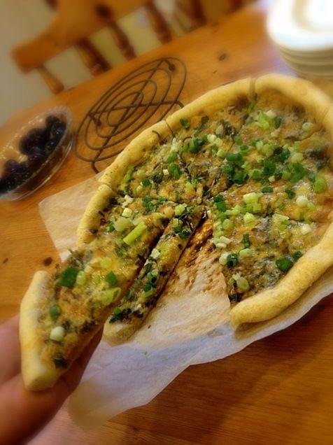 マヨ醤油をソースに、ネギいーっぱいと、チーズ乗せて焼くピザ☆ お好みで一味をぱらっと❤ おつまみにももってこい(๑⁼̴̀д⁼̴́๑)ドヤッ‼ 生地は全粒粉入り - 322件のもぐもぐ - 美味っ!ネギピザ☆ by klala