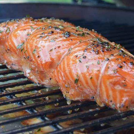 Recette de saumon fumé sockeye sur bûche de bois. Une présentation irréprochable avec une salsa suprême maison. Un wow assuré lors du service.