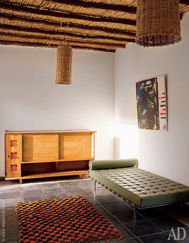 В холле: буфет 1950-х годов, дизайн Guillerme & Chambon; берберский ковер и кушетка Barcelona.