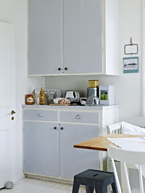 Morning tea would be awesome in this sunny, uncluttered kitchen!