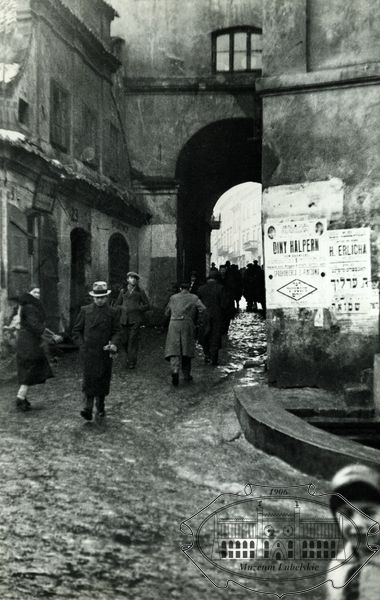 Lublin, outside the Grodzka gate, Muzeum Lubelskie w Lublinie • Fotografie Józefa Czechowicza przedstawiające Lublin z lat trzydziestych XX wieku •