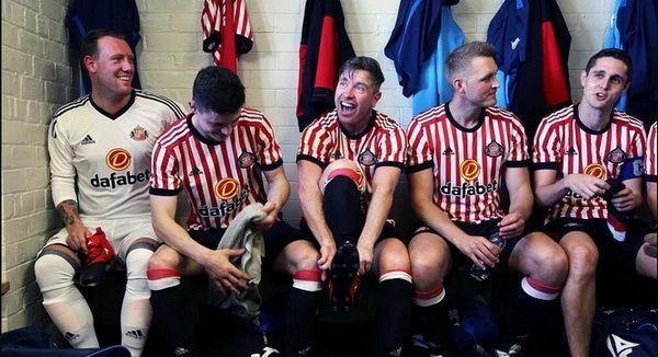 Maillots de foot Sunderland 2017-18  Le nouveau maillot de foot Sunderland Domicile 2017 2018 Pas Cher offre un look propre avec des rayures rouges et blanches très minces sur le devant et les bras.