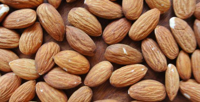 Můžete si koupit mandle již oloupané, ale ty bývají většinou nehezké a hlavně dražší.