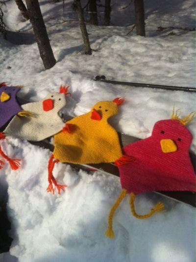 Artige tova høner som pynter opp og gir god varme.Du trenger: 6 nøster hovedfarge - jeg brukte Tr...