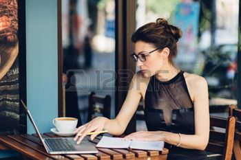 41566260-attractive-business-woman-working-at-his-laptop-in-a-cafe-on-the-terasse.jpg (350×233)