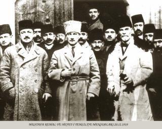20 Aralık 1919 Mustafa Kemal Atatürk, Kayseri'de İhtiyat-ı Zabitan (Yedek Subaylar) Cemiyetinin önündeler. Solunda Rauf Orbay ve sağında ise Alfred Rüstem var. Hasan Yüksel