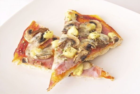 Pizza hawaiana. Aprende a hacer masa de pizza casera, déjala a tu gusto de grosor e incorpora los ingredientes de esta deliciosa pizza hawaiana, que tradicionalmente son el jamón y la piña. Disfrútala!