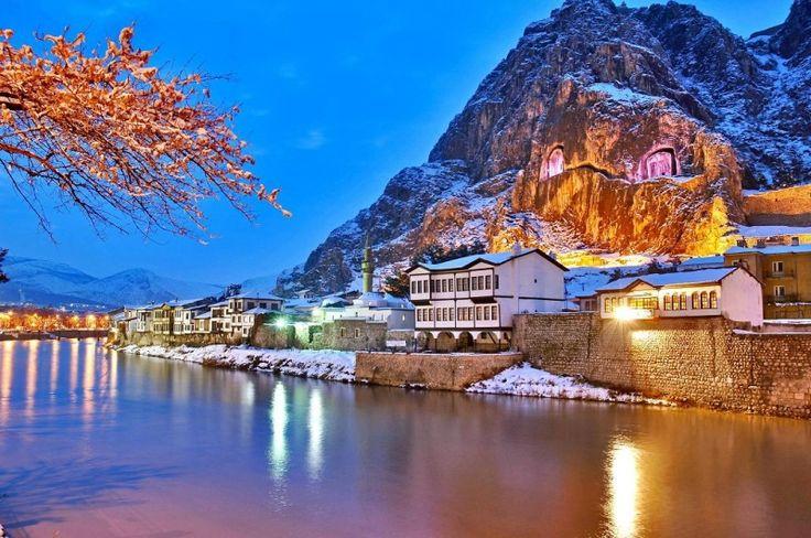Amasya'nin nehir guzelleri; Bir İç Anadolu şehrinde de sizi şaşırtacak şeyler olabilir. Şehrin merkezinden geçen Yeşilırmak'ın kenarında sıralanan ve geleneksel Osmanlı evinin bütün özelliklerini bünyesinde taşıyan Amasya evleri bu şehri görmek için iyi bir neden.