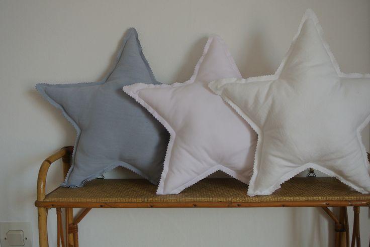 Coussin étoile blanc rose ou gris  Dimensions 35cm Rembourrage en polyester anti-acariens Tissus anciens teints ou imprimés Prix : 25 €