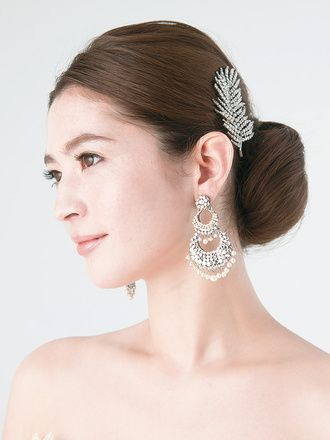 髪のツヤと面を生かしたシンプルなシニヨンヘアはアクセとのバランスがカギ ウェディングドレス・カラードレスに合う〜シニヨンの花嫁衣装の髪型まとめ一覧〜