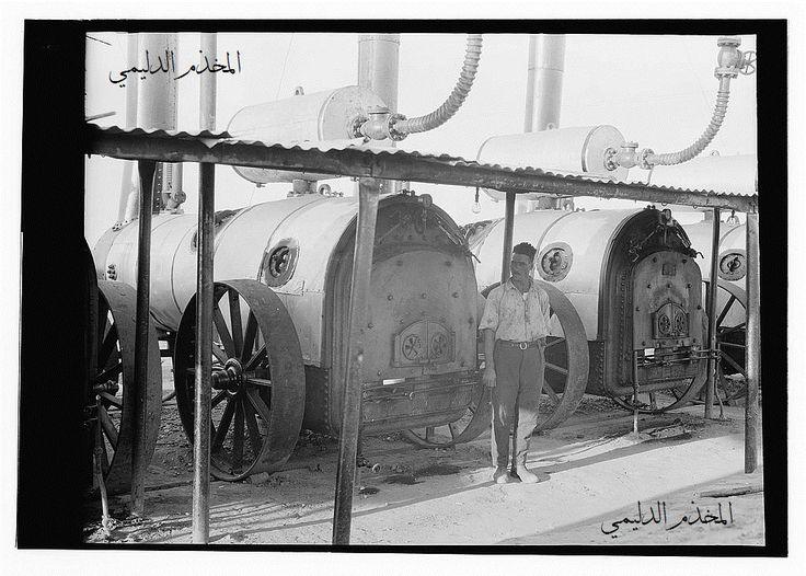 العراق ( بلاد ما بين النهرين ) صورة نادرة بجودة عالية وحجم كبير ومشهد من المكائن في حقول النفط  .  Iraq, oil fields, tractors? Machinery