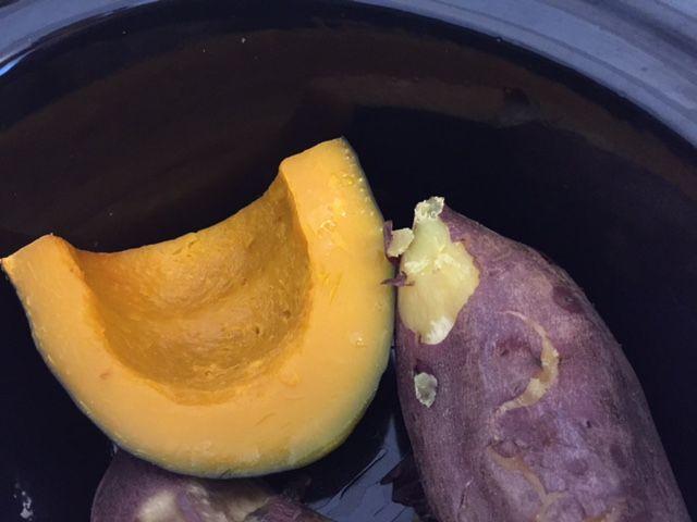 BUTTER CUP SQUASH(バターカップ スクワッシュ) 日本のカボチャにとっても似ている。甘みとコクがあって実がしまっていてほくほくとしていてでんぷん質が多い。 (オーブン焼き、蒸篭蒸、揚げ物、煮物、お菓子)  KABOCHA SQUASH (カボチャ スクワッシュ) 日本の代表するとても甘くてホックリしたコクのあるスクワッシュ。皮も実も固いので切りにくいのが難点だが、お尻の方から包丁を少しずつ切っていくと切りやすい。どんな料理にも合うオールマイティーなスクワッシュで加熱すると皮もやわらくなり、皮まで食べることができる。アジア系スーパーマーケットで買うカボチャは比較的でんぷん質の多いホクホク系が多く、一般のスーパーの場合はカボチャでもネットリ水っぽい系の方が多い。 (オーブン焼き、煮物、揚げ物、蒸篭蒸し、お菓子) IMG_8584.jpg