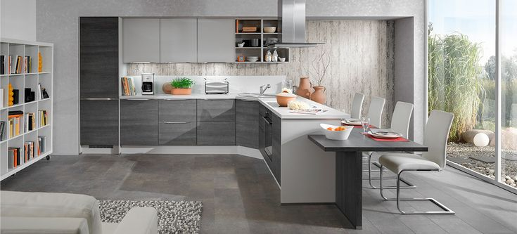 O combinație fericită între stilul clasic și modernism are ca rezultat această frumoasă bucătărie sobră și futuristă.