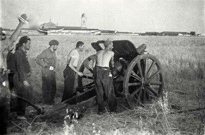 Pieza de artilleria republicana apuntando hacia Sevilla la Nueva