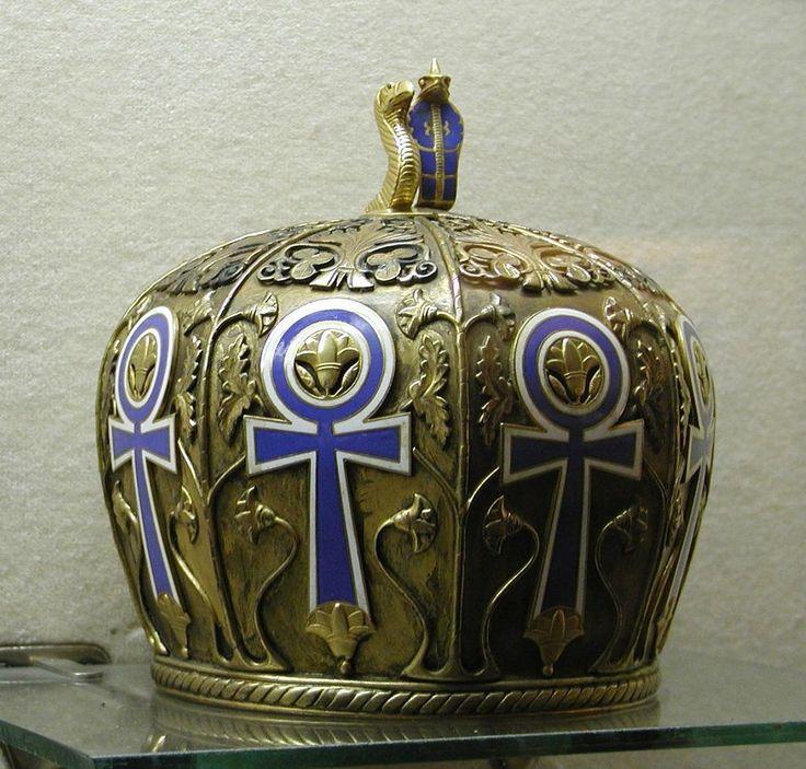 """Couronne de l'Égypte antique figurant le hiéroglyphe """"Ânkh"""", une croix ansée signifiant """"vie"""", et surmontée d'un vautour & d'un cobra - Exposée au Palais d'Abedin, le siège du gouvernement de l'Égypte, au Caire."""