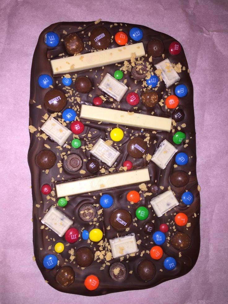 Écorces chocolatés (chocolate bark): chocolat noir et au lait marbré, garnitures: mini-Rolo, bouchés Coffee Crisp, Whoppers, M&M chocolat, Kit Kat, pastilles Hershey, morceaux Choco-crème Hershey, flocon de sucre d'érable. Verdict des enfants : Miam!!!
