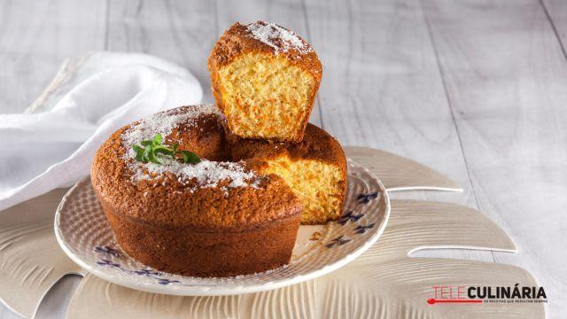 São os chamados bolos de conforto caseiro. Não nos ocupam muito tempo na produção, são fáceis de confecionar e levam poucos ingredientes. Sabem muito bem com o chá ou café, seja ao pequeno almoço, ao lanche ou ao serão. E são verdadeiramente um aconchego ainda quentes.
