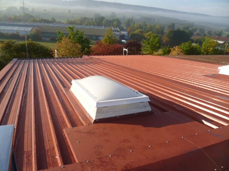 Blick vom Metalldach auf schöne Landschaft mit Nebelschwaden. Dacharbeiten des Betriebs Hettiger Bedachungen in Freudenberg (97896) | Dachdecker.com