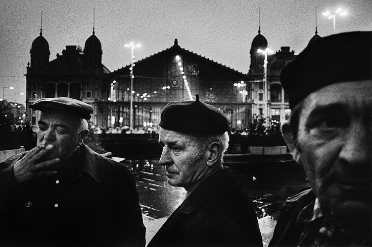 In front of a railway station. Péter Korniss