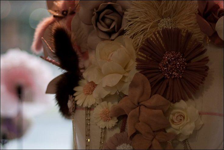 Maison Guillet  Guillet — дизайнер цветов с 1896 года изготавливает красивейшие украшения для шляп и волос, тиары и веночки для показов самых крупных домов моды. Цветы, лепестки и листья из шелка, органзы, муслина, кружев и золоченых цепочек позволили мастерской войти в 2006 году в состав Métier d'Art Chanel.