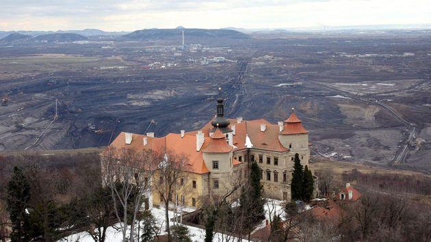 Zámek Jezeří v katastru Horního Jiřetína je symbolem dlouholetého odporu starousedlíků proti zájmům těžařů.