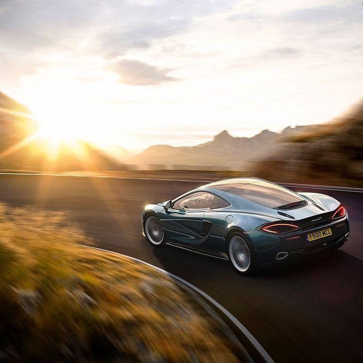 McLaren 570GT 2017  Já pensou viajar num superesportivo como esse? Modelo  de motor central é o mais refinado modelo de rua até hoje feito pela @mclarenauto com foco na capacidade de uso diário e conforto para viagens de longa distância. Máquina inglesa tem o motor V8 M838TE 3.8 biturbo com tração traseira e potência de 570 cv e torque de 600 Nm e transmissão esportiva de sete marchas com ajustes normal Sport ou Track. 0 a 100 km/h em 3.4s.  Fibra de carbono alumínio e couro são materiais…