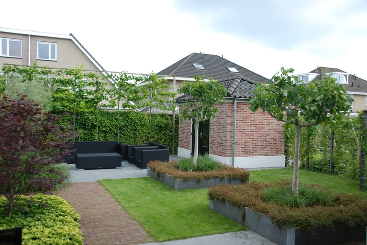 mooie lijnen en verhouding gras/vaste materialen / mooie lijbomen