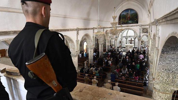 Iraakse christenen hebben in het oosten van Mosul voor het eerst in drie jaar weer Pasen kunnen vieren. Zondagochtend luidden de klokken van tientallen kerken. Op de binnenplaats van een kerk in het noorden van Mosul deelde een Franse hulporganisatie na de eucharistieviering frisdrank en gekleurde eieren uit aan honderden kerkgangers.