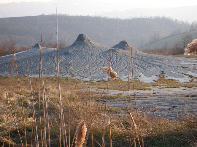 Salse di Nirano :Vulcanetti di fango ,   a 17 Km da Modena ;  Centro visite con area di pic-nic : aperto pomeriggio dei prefestivi ;  festivi mattina e pomeriggio  ; chiuso dicembre gennaio agosto . Gratuito ; 8 percorsi   .Parcheggio un po' distante
