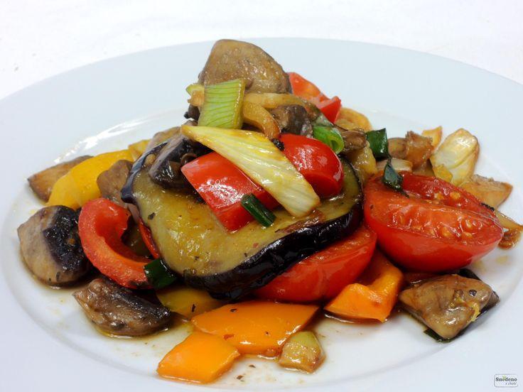 Výbornou restovanou zeleninu, krásně křupavou, barevnou, s lahodnou šťávičkou můžeme podávat samotnou nebo pro hladové krky třeba s bagetkou.
