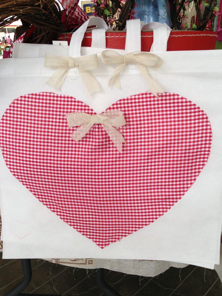 Bolsa de pellón decorada con tela y yute.