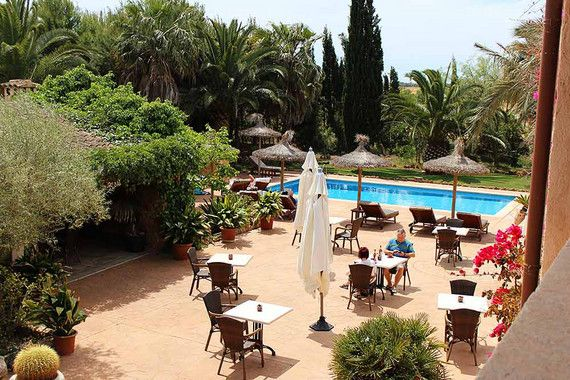 Das kleine Finca Hotel Es Torrent nahe dem Es Trenc Strand auf Mallorca bietet absolute Entspannung und Erholung auf dem Land bei Campos. Von einem romantischen Palmengarten umgeben, liegt man in diesem Agroturismo in aller Ruhe auf der schönen Sonnenterrasse am Pool und fühlt sich wie im Paradies. Die überaus liebevoll restaurierte Finca beherbergt sechs Doppelzimmer und drei Suiten, die alle urgemütlich im typisch mallorquinischen Stil eingerichtet wurden.
