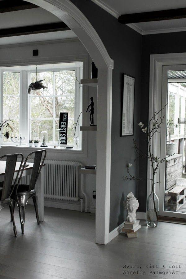 vardagsrum, inspiration, gråa väggar, gråmålad, vit skulptur, stor flaska som vas, ljus parkett i vardagsrummet, stor gren inomhus, magnolia, kvist, naturmaterial, stålstolar, tolix, stol, matstol, plåtskylt, svart och vitt, vitt valv, altandörr, burspråk,